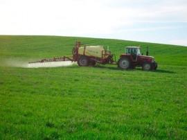 Tractor aplicando fitosanitarios