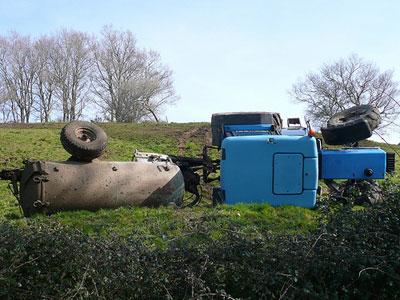 Tractor con remolque volcados